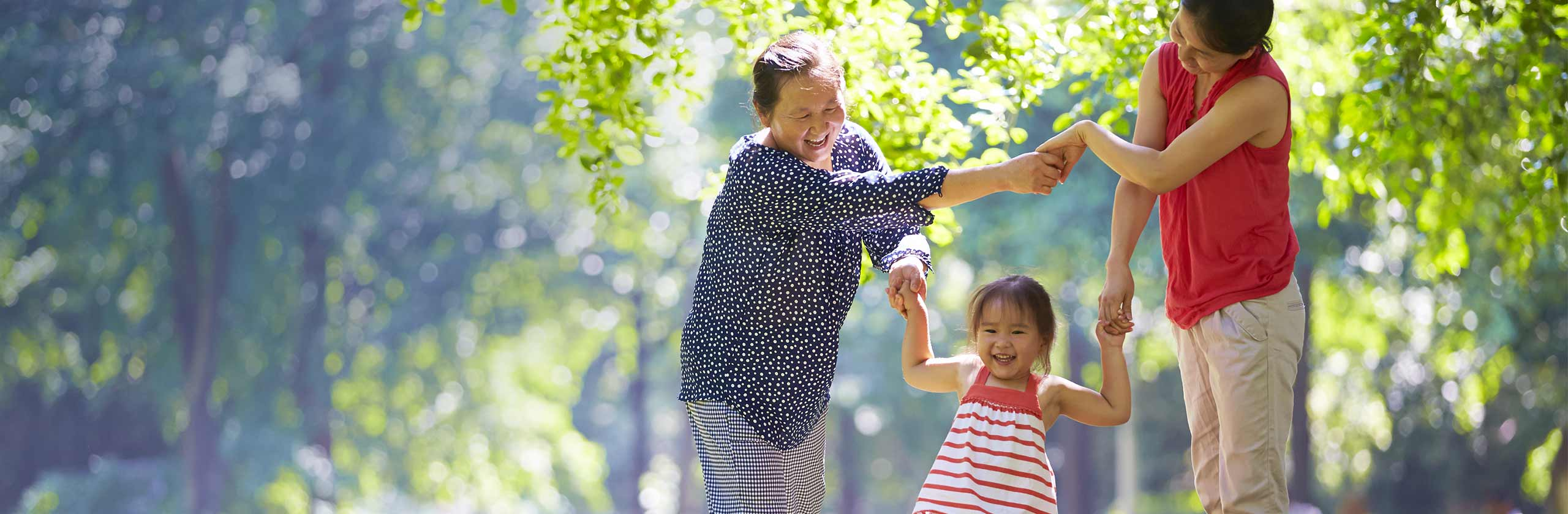Famille heureuse qui se promène en plein air en se tenant par les mains