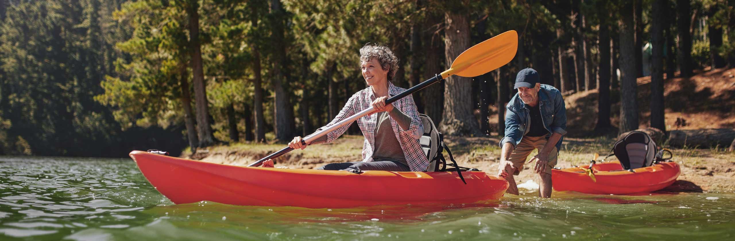 Couple partant dans des kayaks séparés