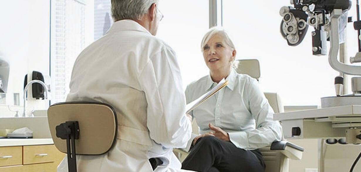 Ophtalmologiste et sa patiente discutant dans une salle d'examen